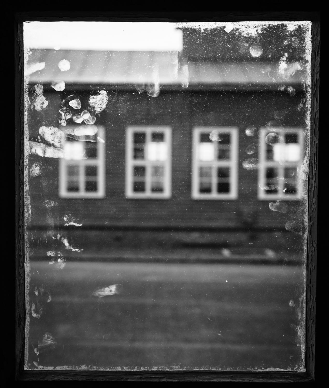 Blick aus einer Baracke im KZ Mauthausen.