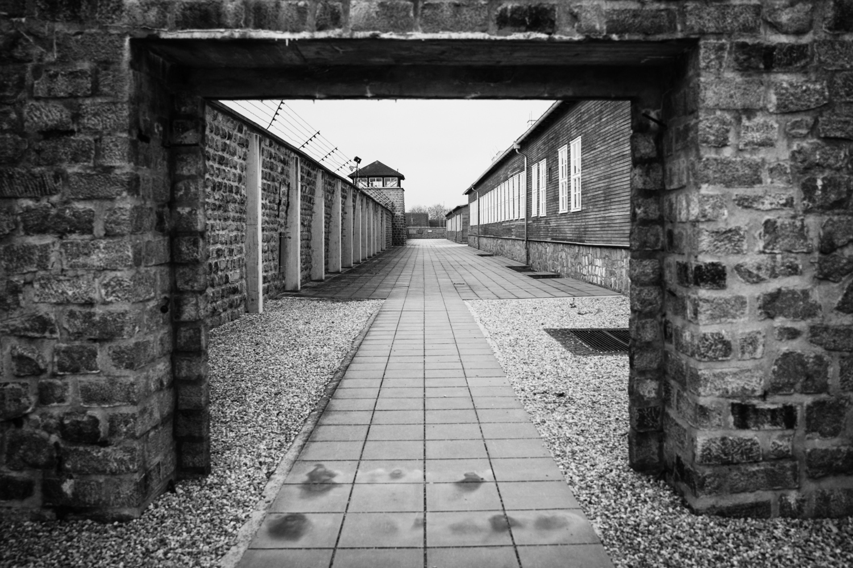 Mauer und Wachturm im KZ Mauthausen.