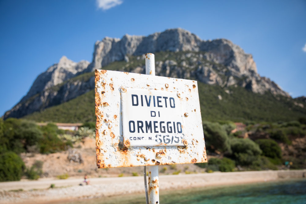 Schild am Strand bei Sardinien