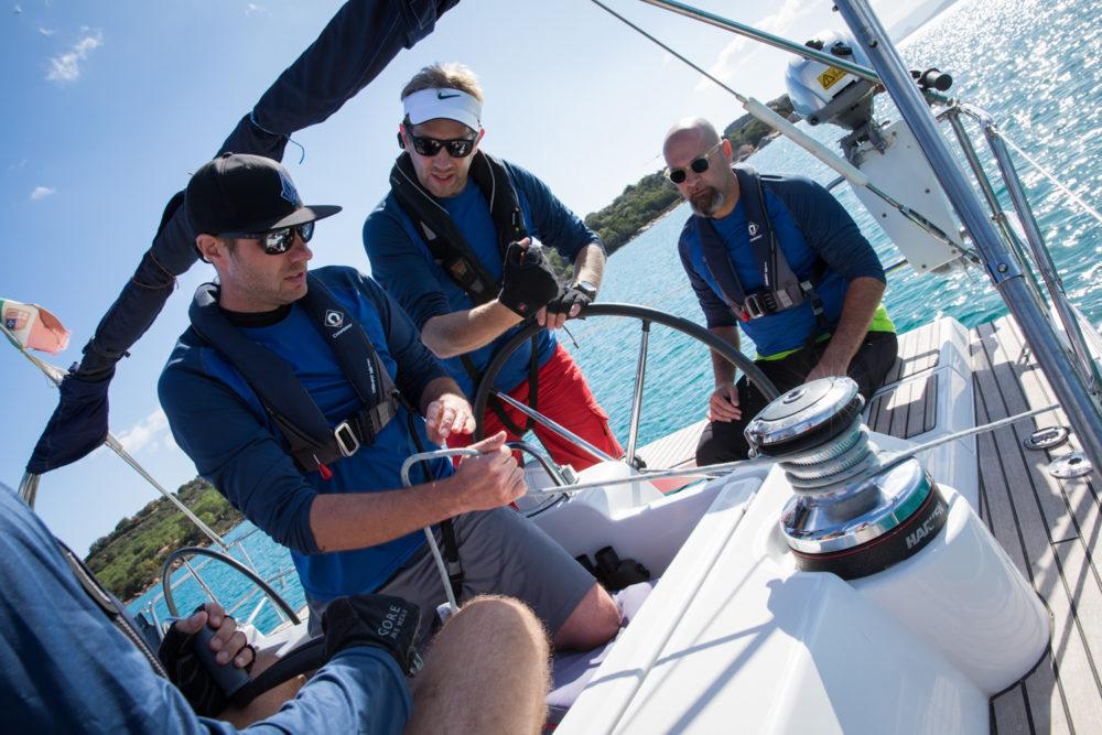 Crewbesprechung beim Segeln