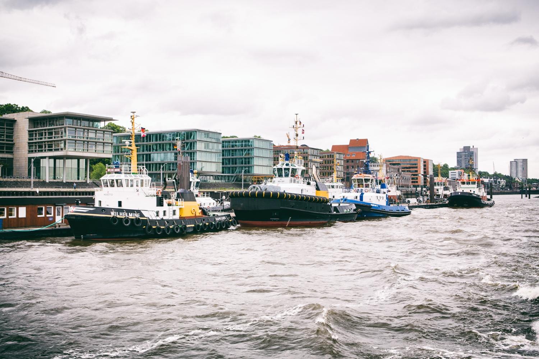 Hamburger Hafen mit Schlepper