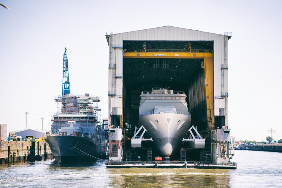 Dock mit Kriegsschiffen