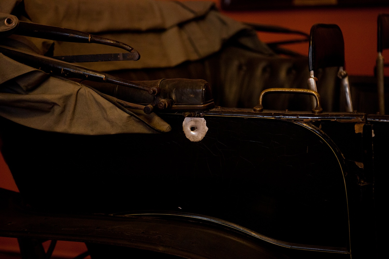 Einschussloch im Wagen des Thronfolgers Franz Ferdinand (Heeresgeschichtliches Museum, Wien)